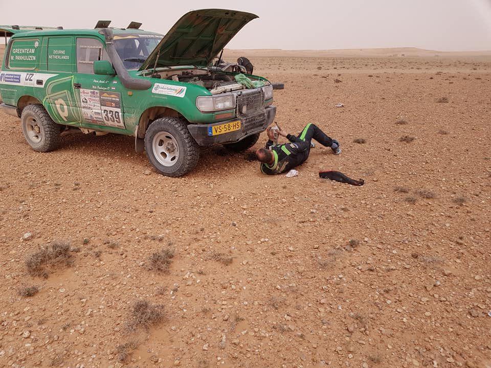 We zijn over de finish. 200 km snelle paden moeilijke navigatie. Op km 120 oliekoeler kapot. Doorgelusd olie gevuld. Op km 150 slang kapot weer olie kwijt. Slang ingekort van een servic etruck op de track olie gekregen. Rustig naar de finish gereden. Nu nog 120km verbinding naar t hotel.